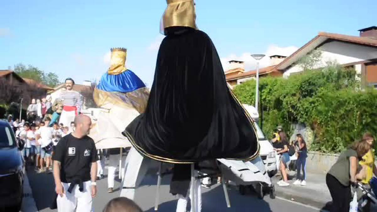Erraldoi eta buruhandien konpartsa Zizurkilgo kaleetan dantzan