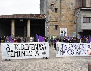 Aiztondoko Mugimendu Feministak deituta eraso matxistaren aurkako elkarretaratzea egin da Zizurkilen