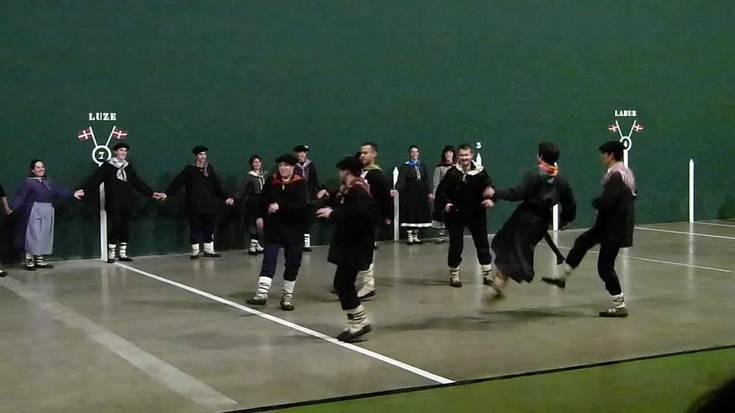 Amasako gazteak taldeka dantzan