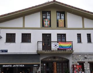 Ortzadar koloreko banderak nagusi Aiztondon