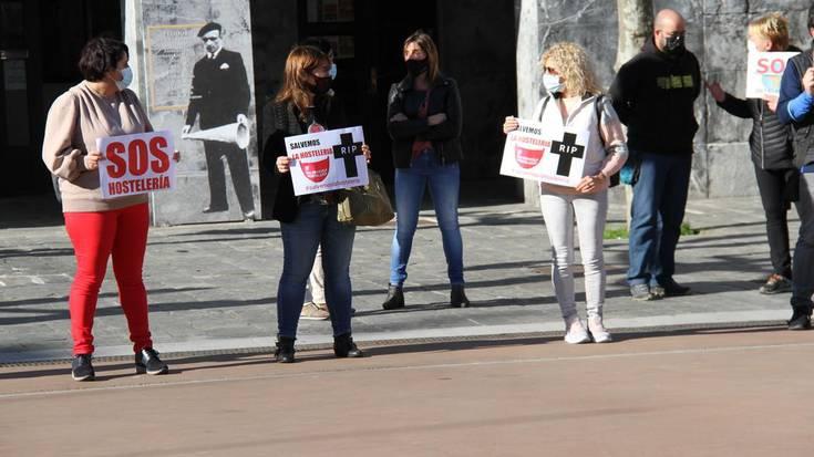 Ostalariak kalera irten dira protesta egitera tabernen itxiera salatzeko