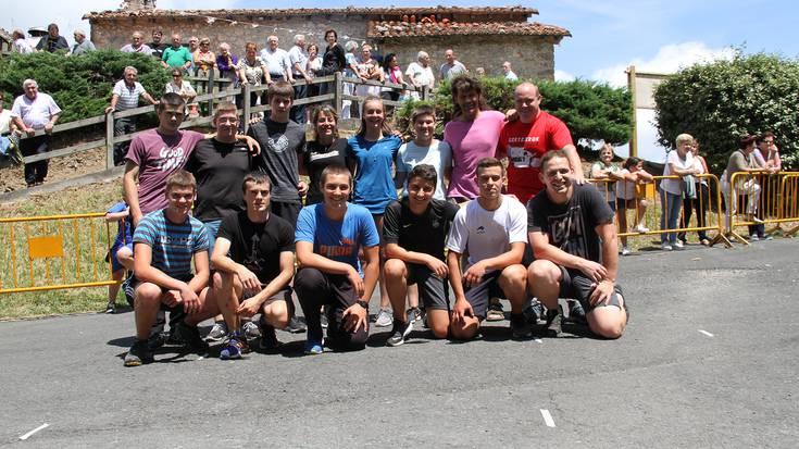Gazteen arteko herri-kirolak izan dira Santamañako jaien lehen egunean