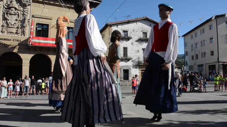 Erraldoien dantza Urnietako plazan