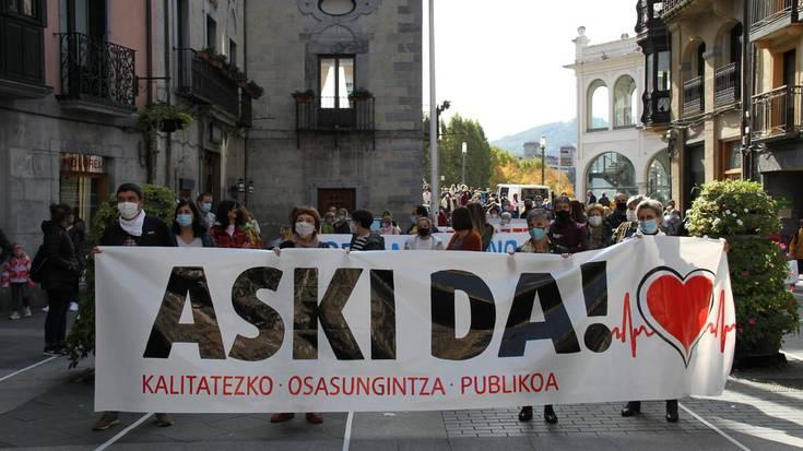 Ehundaka lagun bildu dira kalitatezko osasungintza publikoaren aldeko manifestazioan