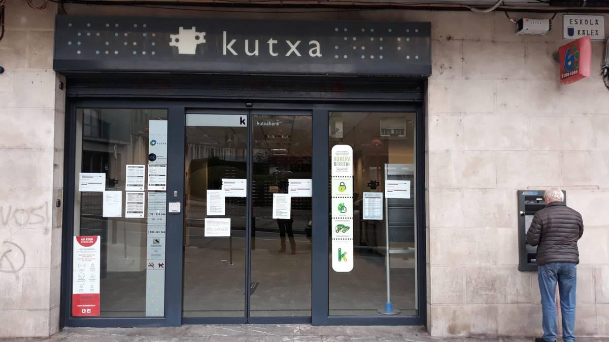 Eskola kaleko Kutxabank bulegoa itxita, ostirala bitarte