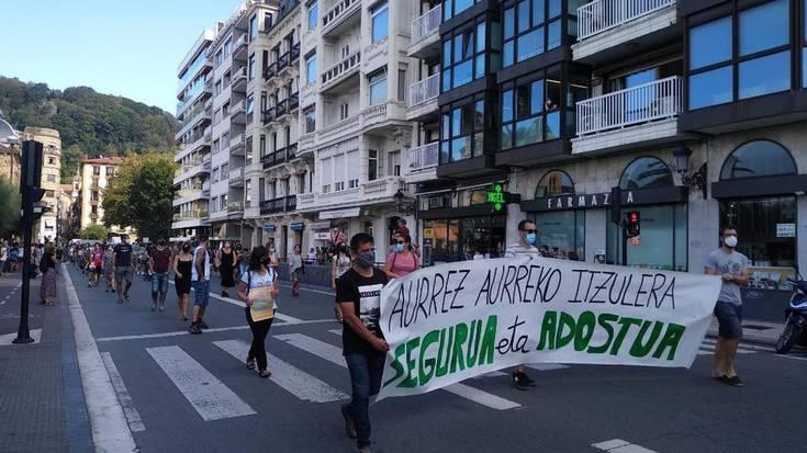 Grebarekin bat egin dutenek manifestazioa egin dute Donostiako kaleetan