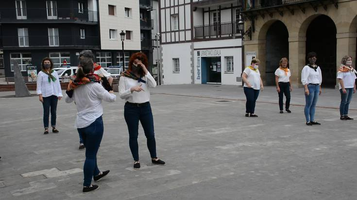 Egape dantza taldeko helduen saioa San Juan plazan